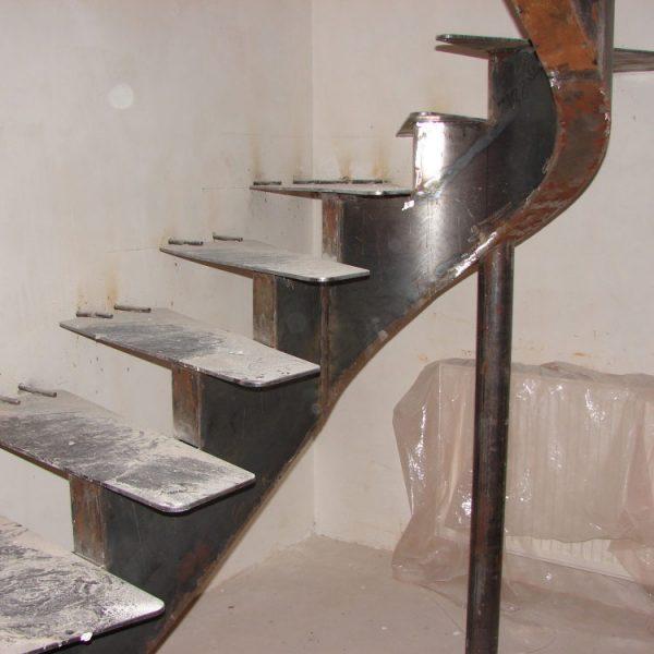 Металлическая лестница для дома (коттеджа) по индивидуальному проекту
