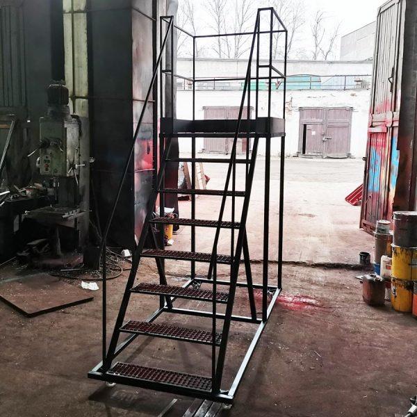 металлическая мобильная лестница на колесах