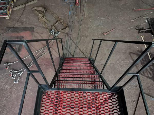 ступени металлической лестницы (лист ПВЛ)