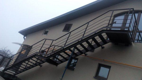 Пожарная лестница двухмаршевая металлическая