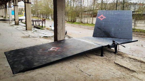 металлический пандус с откидным мостом для разгрузки (погрузки) авто на складе